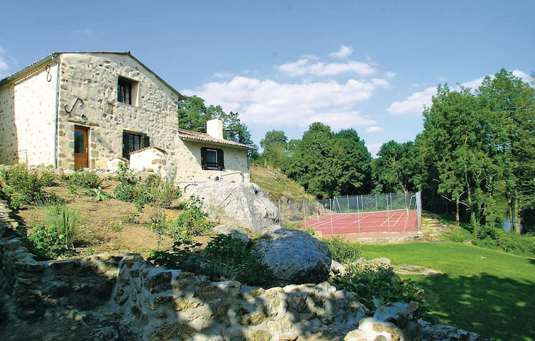 Holiday cottage with 3 bedrooms on 86 m² in St. Loup Lamairé