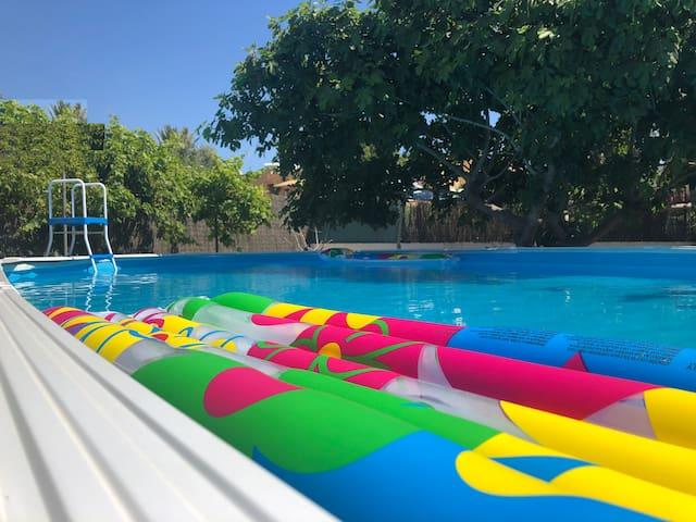 L'area ha cosi tanti spazi che ogni stanza può avere il suo angolo tranquillo, piscina, tavoli, area relax