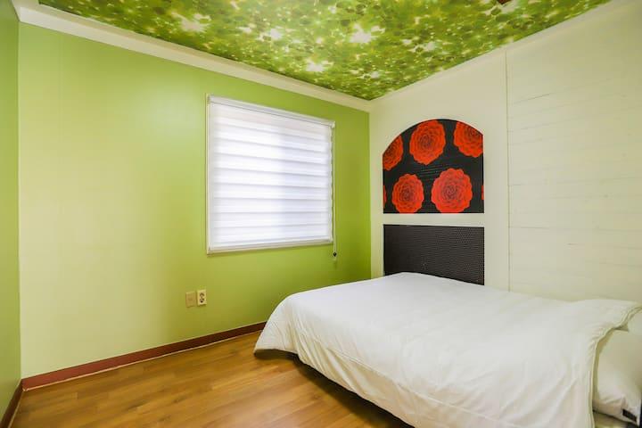 따뜻한 봄 햇살이 비추는 휴식공간인 비하인드 객실