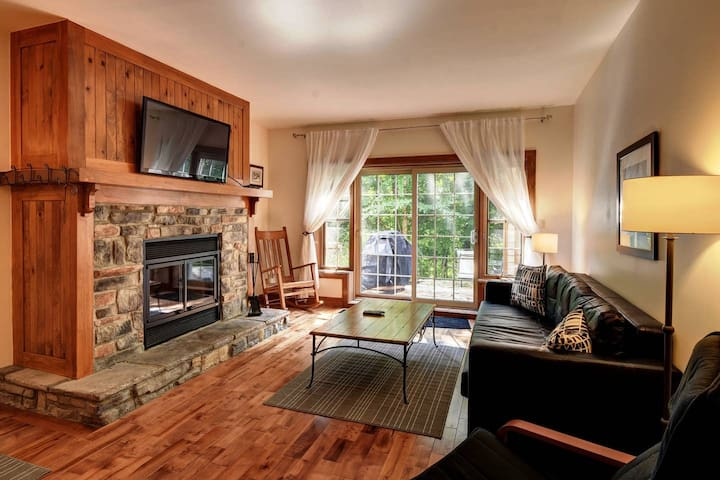 Condo - Walk to village! - Fireplace - Parking