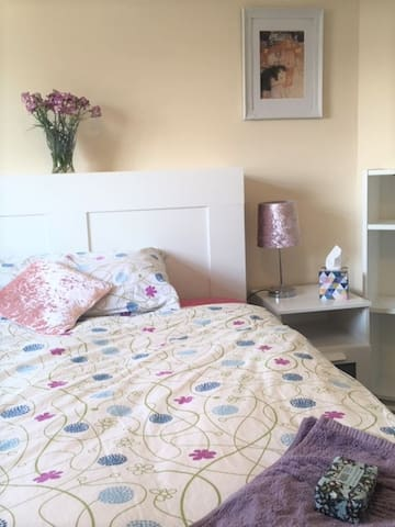 Beautiful, light double room: Girls only flat <3