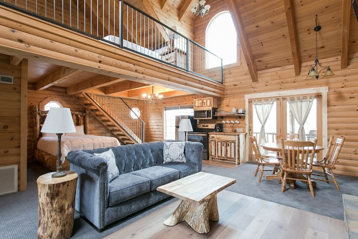 Luxury Lodge Suite with Jacuzzi - Near Berlin Ohio