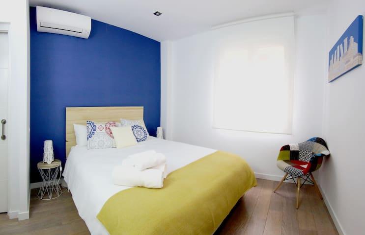 Habitación Principal con carta de almohadas / Master Bedroom (selection of pillows)