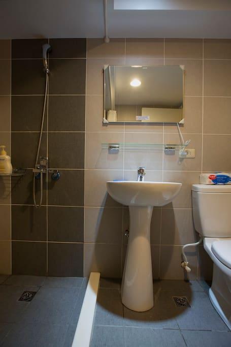 衛生間 Bathroom.