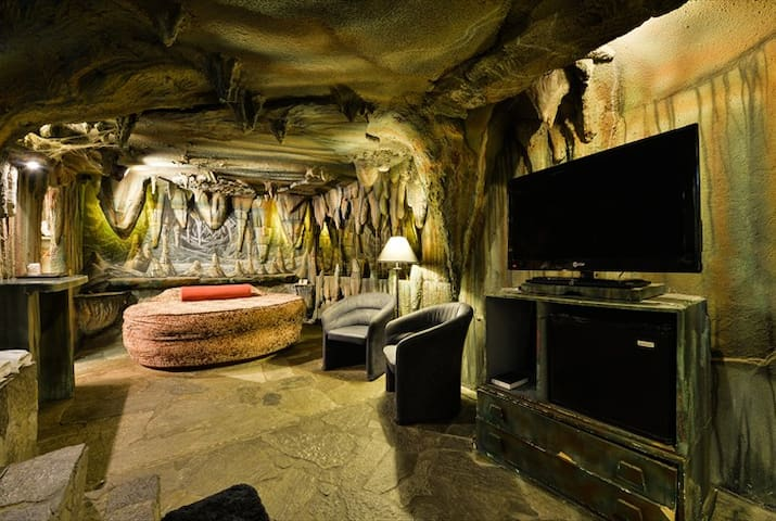 Oasis Of Eden - Cave Room