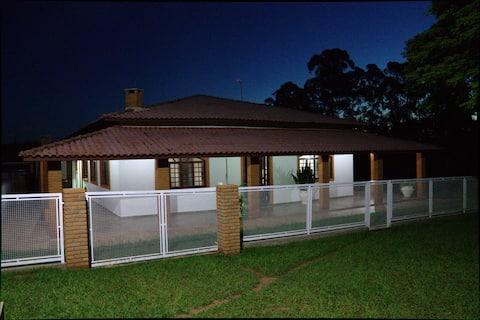 Confortável casa de campo em Sta Barbara Resort