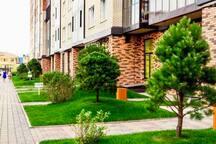 Двор с ландшафтным дизайном в стиле «Парк-двор», вам будет очень приятно вечером выйти с подъезда и просто прогуляться по нему)))летний период.