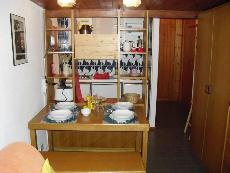angolo cottura e tavolo pranzo inserito sotto il soppalco