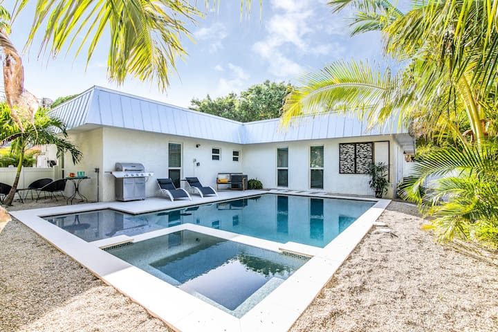 Indigo Tides - newly renovated 2 bd/2 ba cottage with pool!