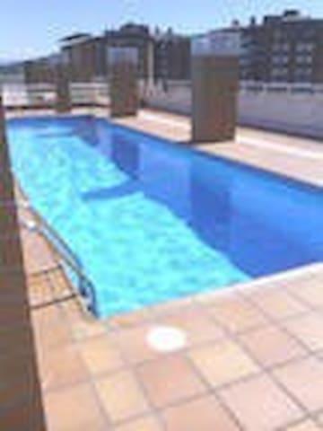 Preciosa, con terraza y piscina