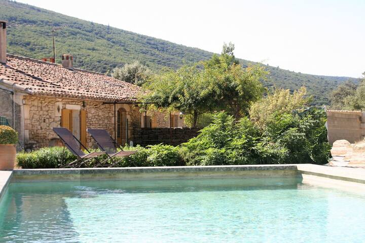 Stilvolles Ferienhaus mit Schwimmbad und Klimaanlage in Lacoste