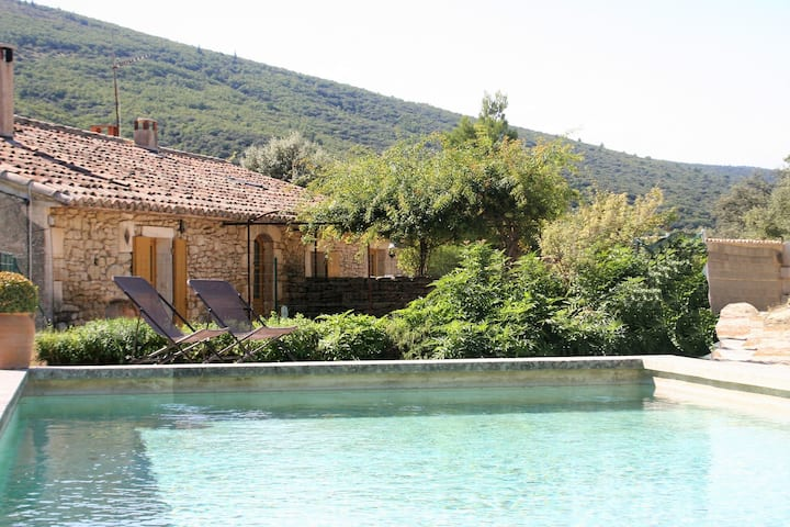 Stylish Holiday Home in Lacoste with Swimming Pool and airco
