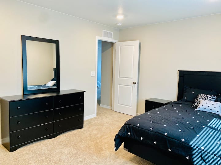 Halifax Home! Queen Bed, Workspace, Washer/Dryer!