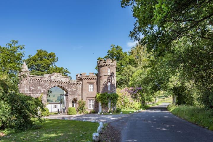 ☆historic, fairytale castle on Monzie Estate