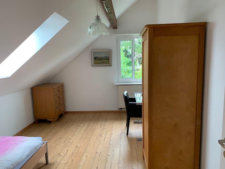 Zimmer unter dem Dach mit Blick ins Grüne