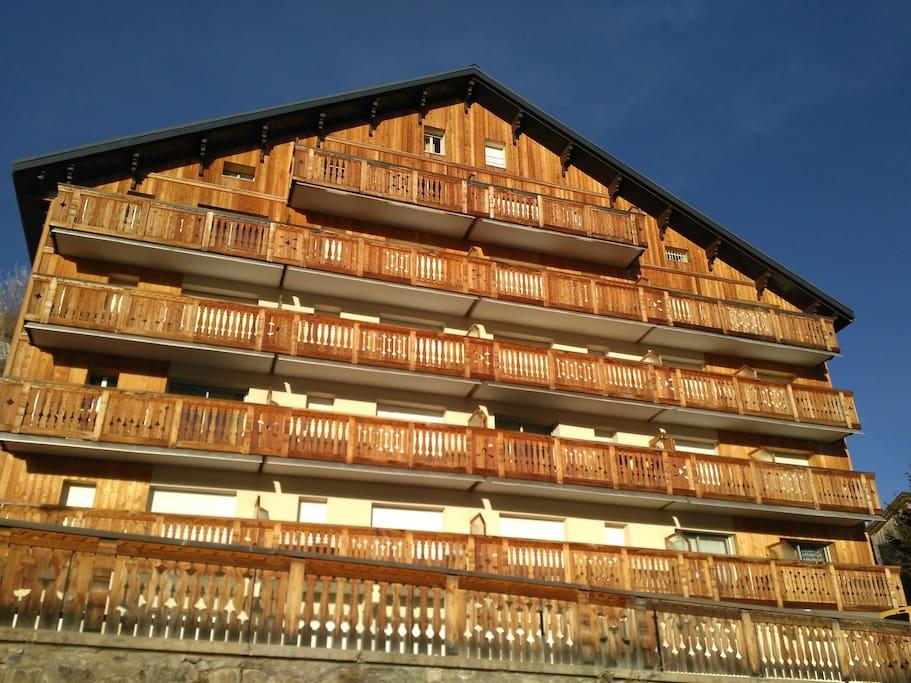 The appartment is at the last floor (5th floor) on the left. Appartement situé au 5ème et dernier étage (à gauche sur la photo)
