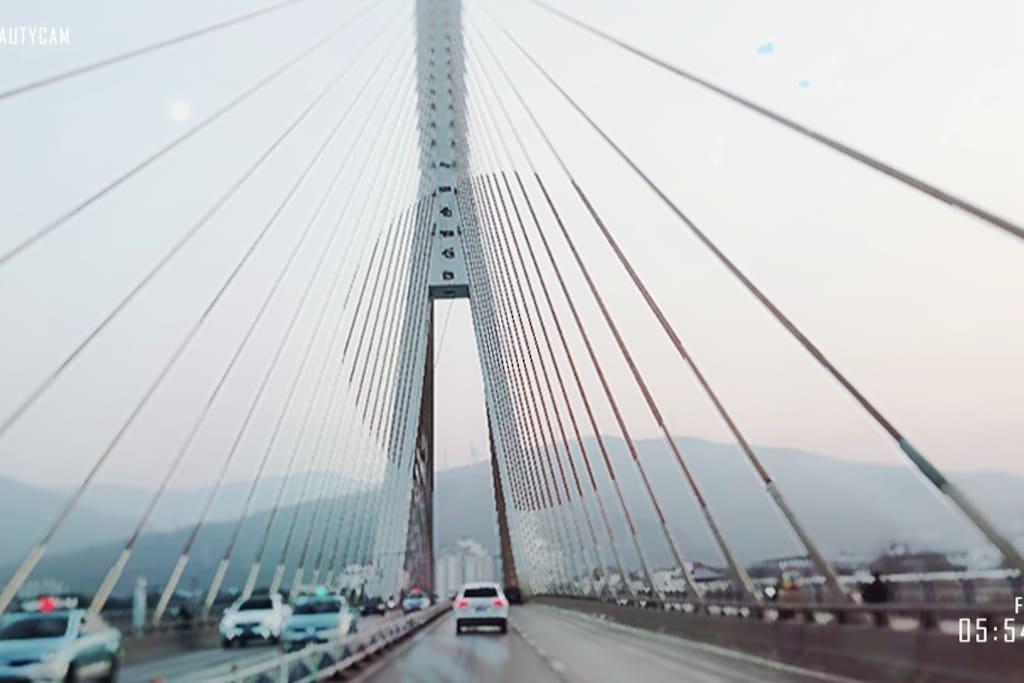 当你穿过美丽的江桥你很快会和这份宁静相遇