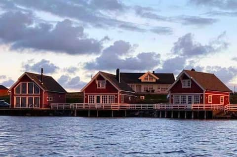 Rorbu på Veiholmen, med mulighet for leie av båt.