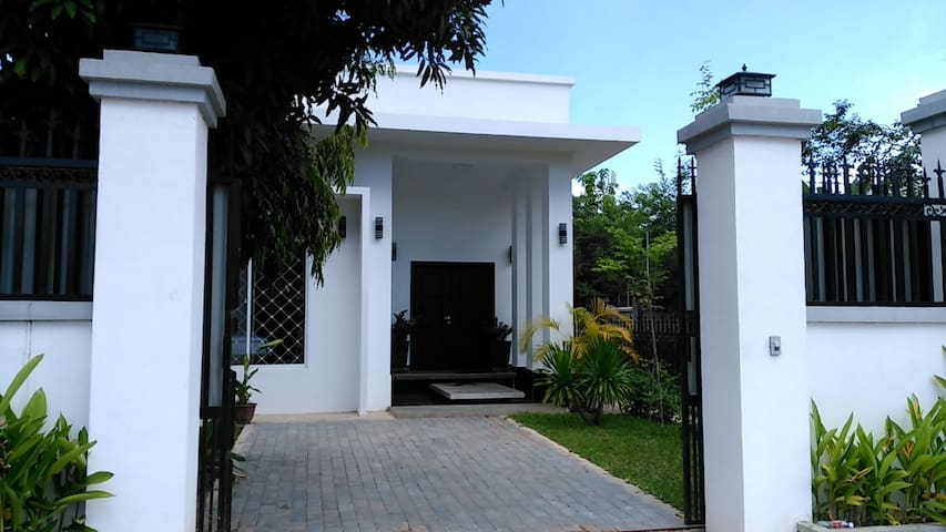 Modern White Villa: two bedrooms / near Angkor Wat - Krong Siem Reap - วิลล่า