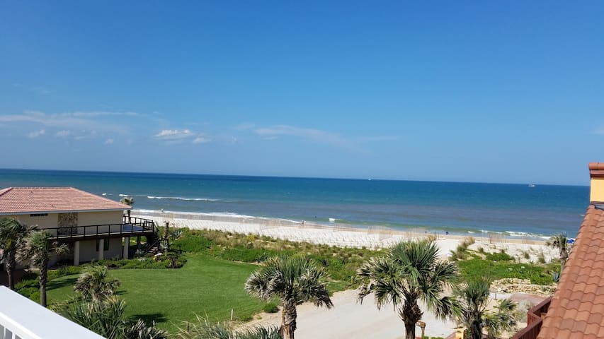 """""""Just Beachy"""" A luxury retreat, sleeps 12, perfect for 1-3 Families traveling together"""