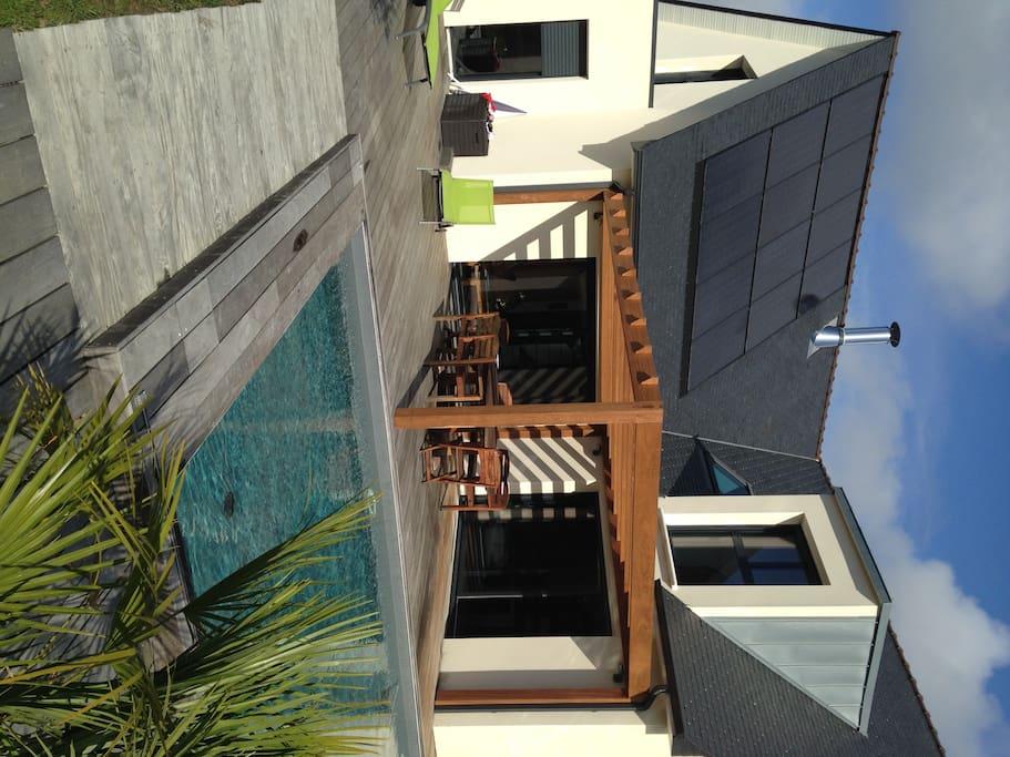 La piscine et la terrasse où pourront vous être servis les petits-déjeuner