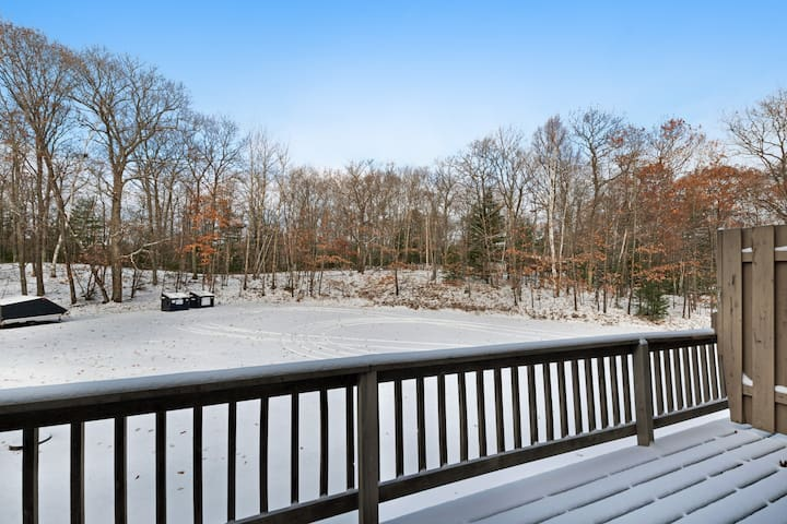 Rustic & convenient mountain condo w/ gas fireplace & lake views - dogs welcome!