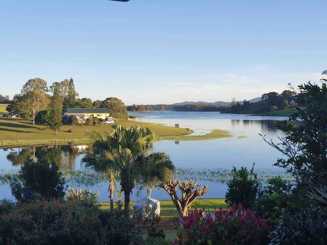 Lake Side Tinaroo