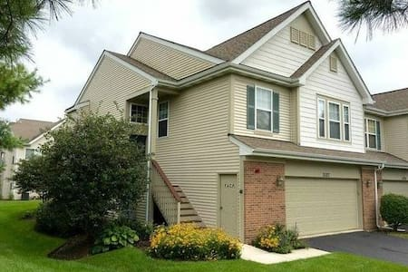 Clean Townhome - Naperville