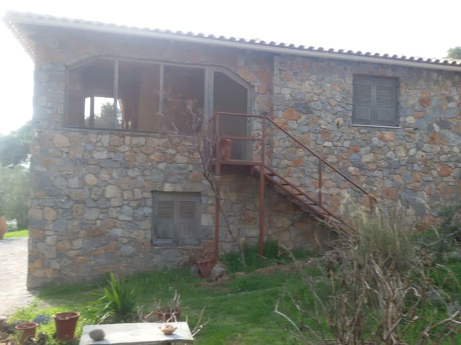 Είναι η άλλη εξωτερική πλευρά του σπιτιού.
