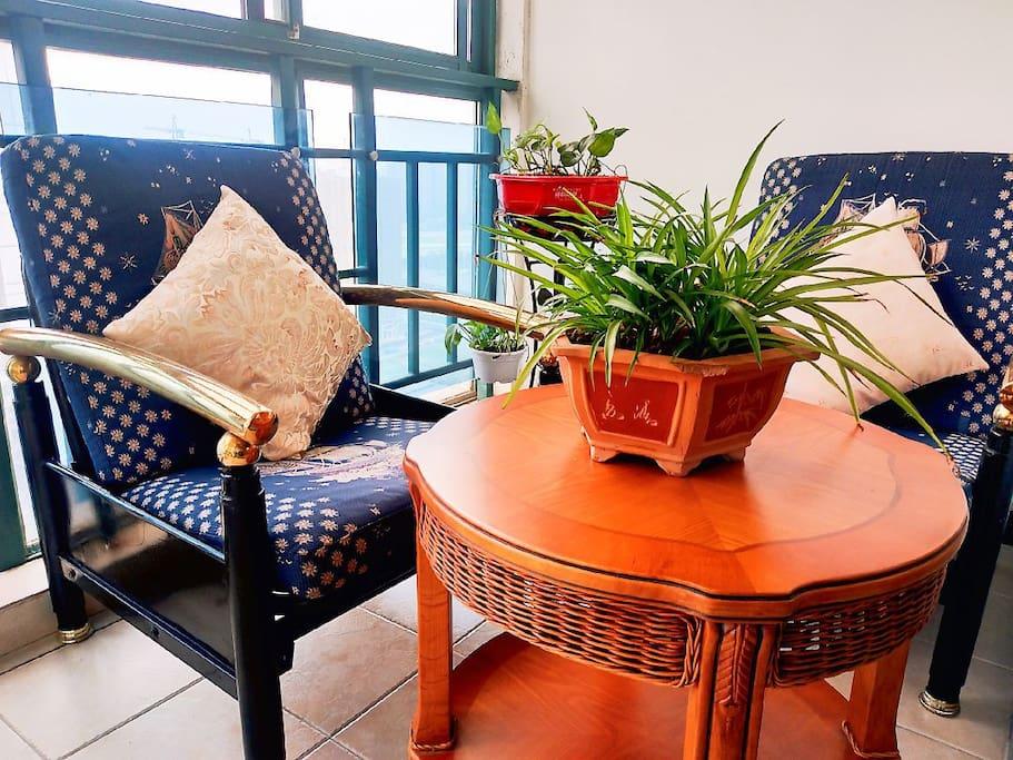阳台一角,和亲爱的人沐浴着夕阳的余晖,细品一杯清茶。