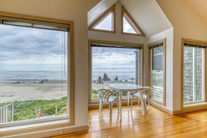 Oceanfront condo w/ lovely views, deck & direct beach access! Dogs OK!
