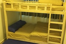 Big room serves upto 6 guests by the Double Bunk Bed with the Double Base Bed. 六人大房,上下双人床及双人拖床最多可住6人