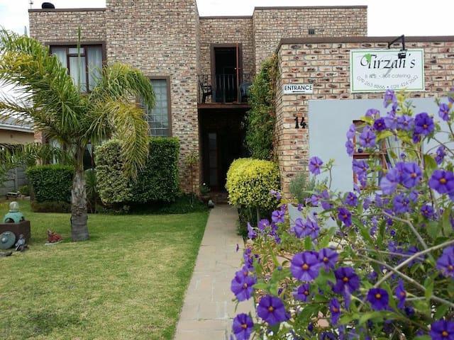 Your home away at Tirzahs B&B - Bredasdorp - 家庭式旅館