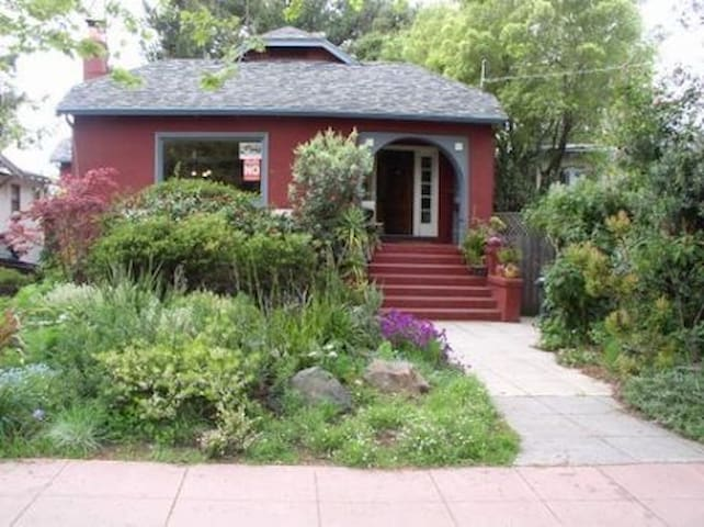 Colorful Artistic House avail. mid Feb-mid March