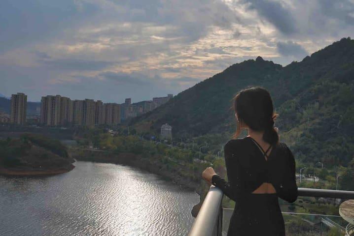 【美炸】@卫小北美摩卡/270度超豪湖景L型阳台/私人车位/蜜月/东南湖10分钟/热气球