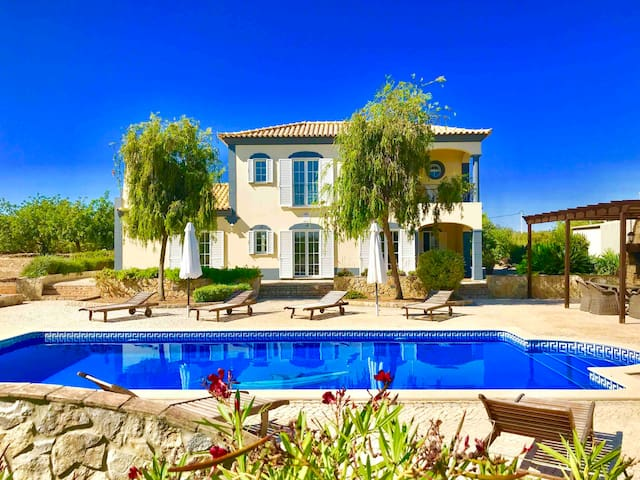Dream-Villa (3)/ Pool / beautiful location/ AC