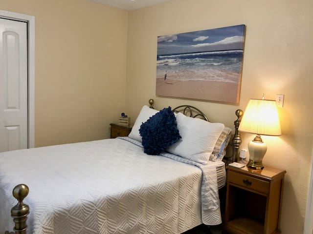 Cozy Quinn room, in shared home.  Close to Beach!