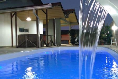 Casa de praia com piscina ,deck e área de lazer.