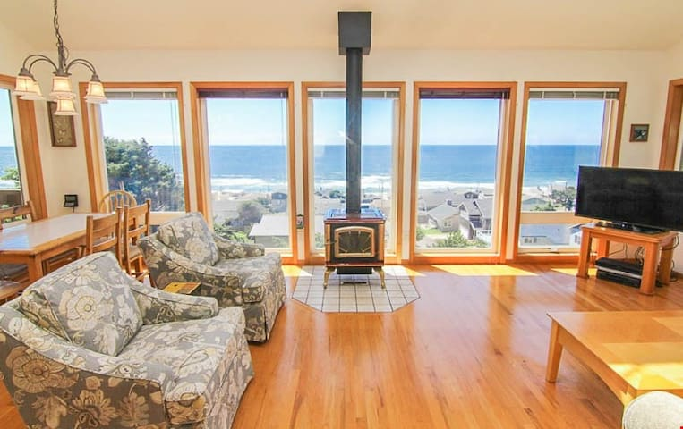Soaring High-1980 - Top of-the-World Views in this Beautiful Roads End Retreat!