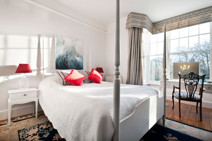 South-facing large double room with en-suite