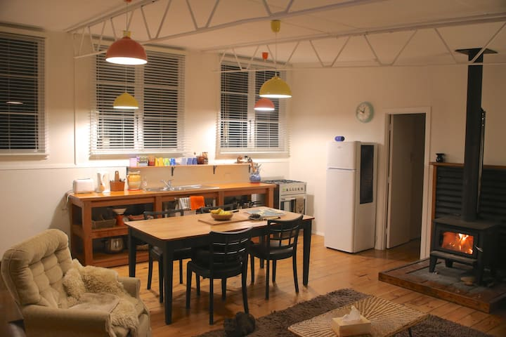 The Schoolhouse - Cosy, 1 min from the river - Albert Town