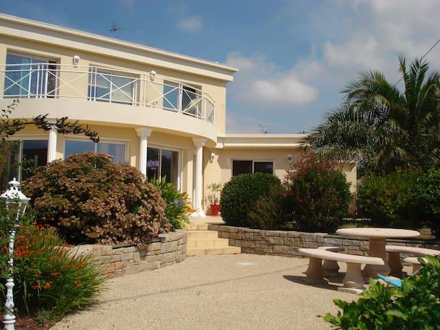 Belle villa vue sur la mer aux pieds du GR34
