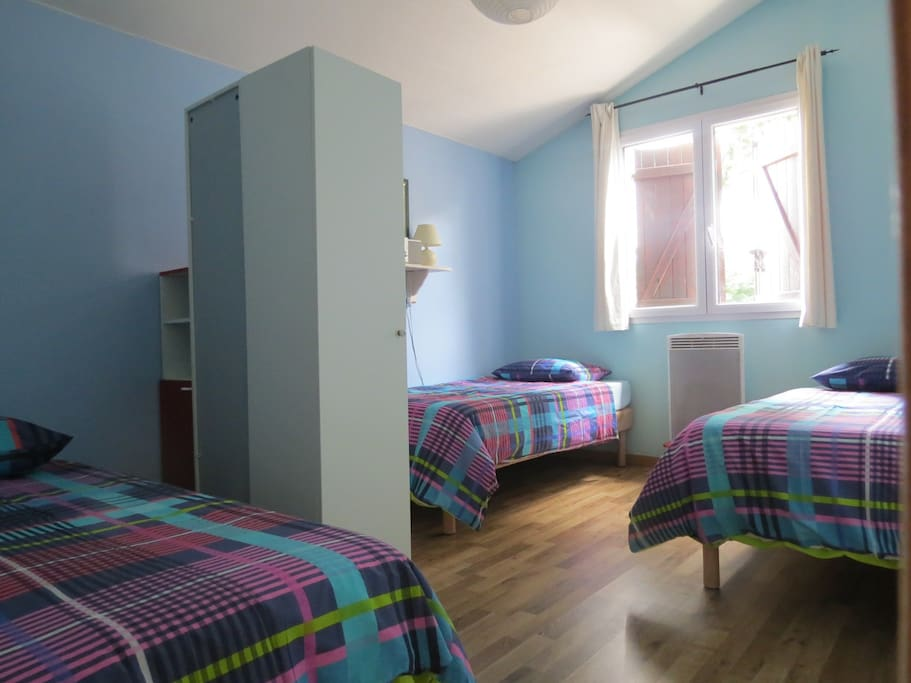 large chambre avec 2 ou 3 lits selon vos besoin.