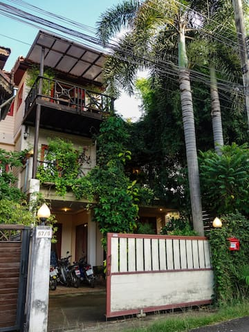 Unique quiet stylish 3-floor house w. cat & piano! - Mueang Chiang Mai