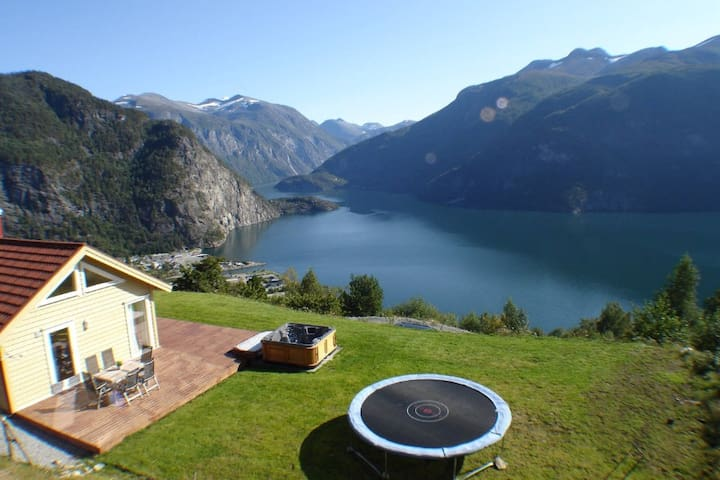 Cabin with an amazing view and a outdoor hottub ! - Valldalen