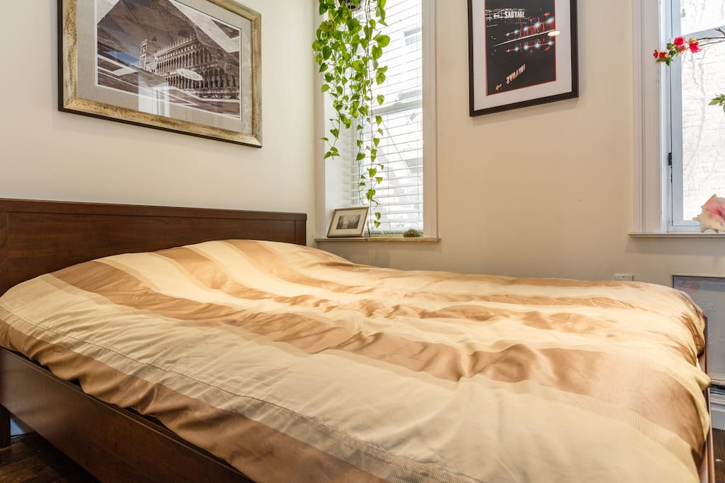 Sleep tight on this dreamy Sealy Posturepedic queen mattress.