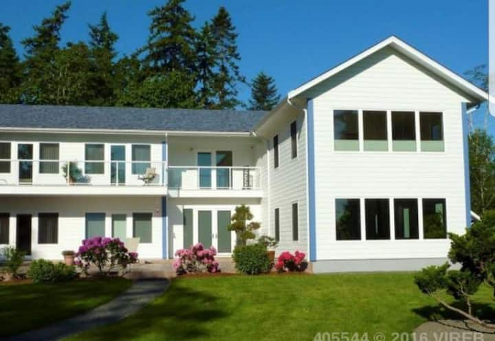 Steps away from the ocean in beautiful Qualicum
