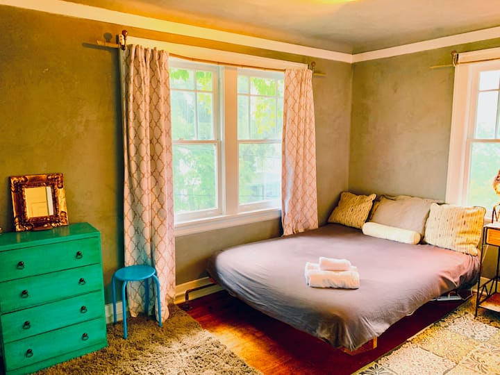 WALK TO DOWNTOWN ASHEVILLE: Garden Homestay Room