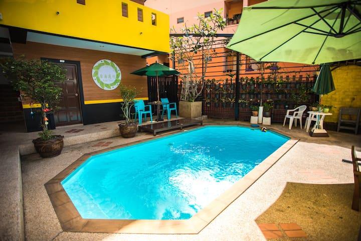 34超赞泳池双床可住3人,芭东海滩中心区域,出行便利位置绝佳,中文管家贴心服务!