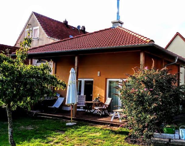 Kleines Häuschen mit Kamin und großem Garten